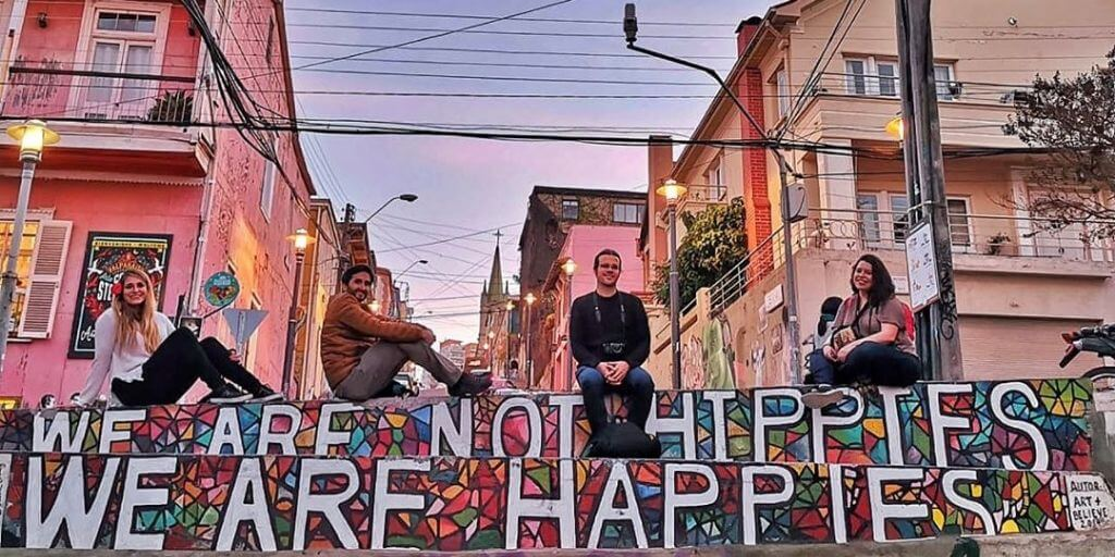 Mural We are not hippies, we are happies en el cerro Alegre - Bichito Viajero